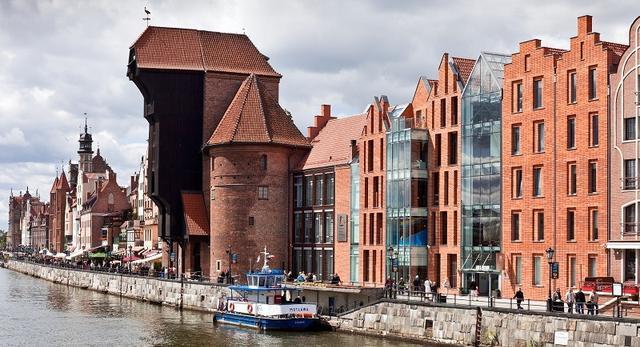 Architektura Ośrodka Kultury Morskiej w Gdańsku. Zobaczcie współczesną bryłę w historycznym otoczeniu. Galeria zdjęć